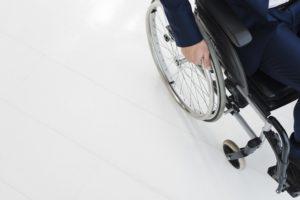 personne en fauteuil roulant une des consequences de la sclerose en plaques